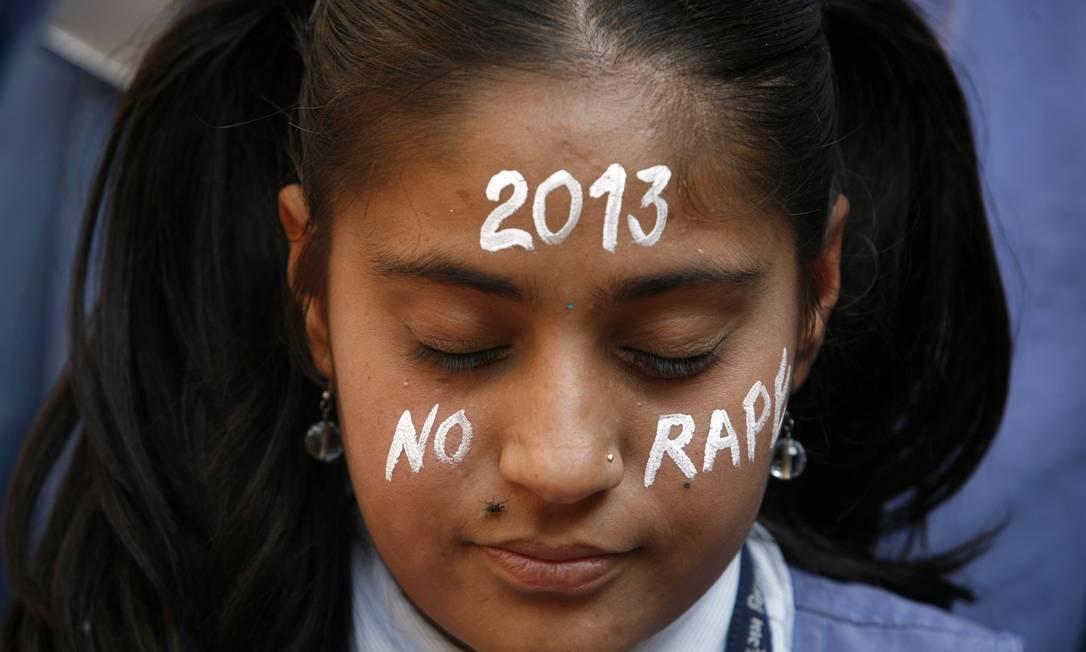 Na véspera do Ano Novo, estudante indiana reza durante manifesto em homenagem à vítima de um estupro brutal, que morreu na última sexta-feira, em decorrência de graves ferimentos provocados por seus estupradores AMIT DAVE / REUTERS