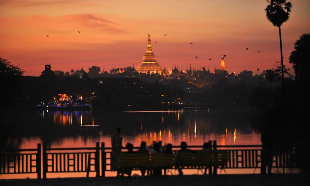 Pessoas aproveitam o último pôr-do-sol de 2012 na maior cidade de Mianmar, Yangon Ye Aung Thu / AFP