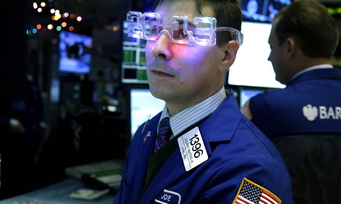 Operador da Bolsa de Nova York usa óculos comemorativos enquanto trabalha, nesta segunda-feira AP Photo / AP Photo