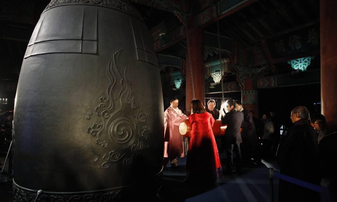O prefeito de Seoul, Park Won-soon (esquerda), e outros participantes batem o tradicional sino para dar as boas-vindas a 2013, na Coreia do Sul Kim Hong-Ji / REUTERS