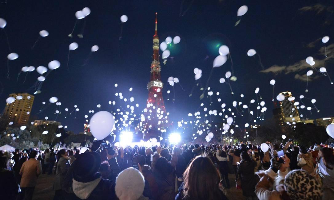 Cerca de mil pessoas soltam balões para celebrar o Ano Novo durante a festa anual promovida pelo hotel Prince Park Tower Tokyo, carro-chefe da rede hoteleira Prince, em Tóquio, no Japão KAZUHIRO NOGI / AFP PHOTO