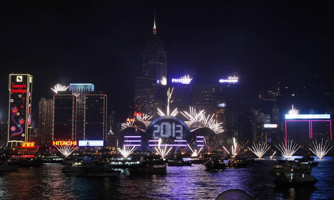 Queima de fogos em frente ao centro de convenções de Hong Kong, no porto de Victoria Harbor, na virada para 2013 Kin Cheung / AP Photo