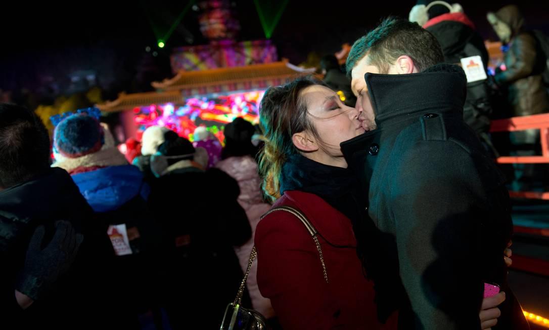 Casal comemora virada do ano em Beijing AFP/Ed Jones