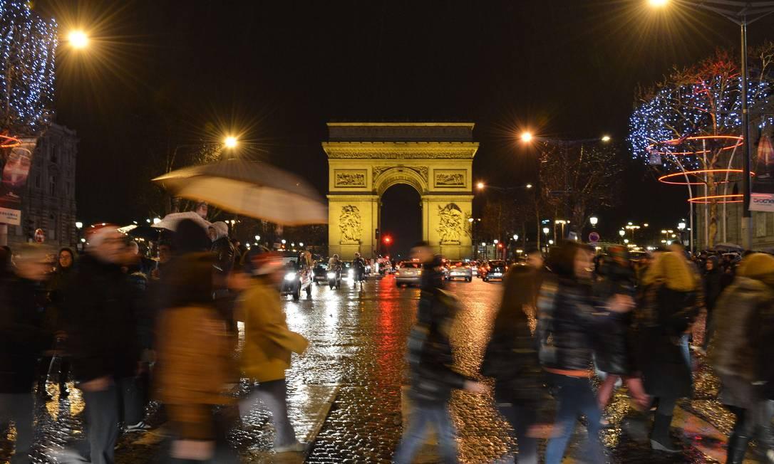 Na França, árvores enfeitadas na Champs Elysées AFP/MIGUEL MEDINA