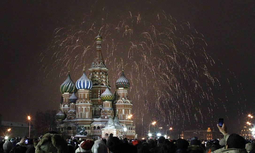 Russos comemoram a chegada de 2013 em frente à Catedral de São Basílio, em Moscou REUTERS/Mikhail Voskresensky