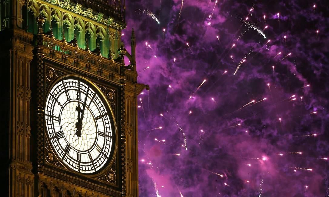 Fogos de artifício explodem quando o Big Ben marca meia-noite em Londres Kirsty Wigglesworth / AP