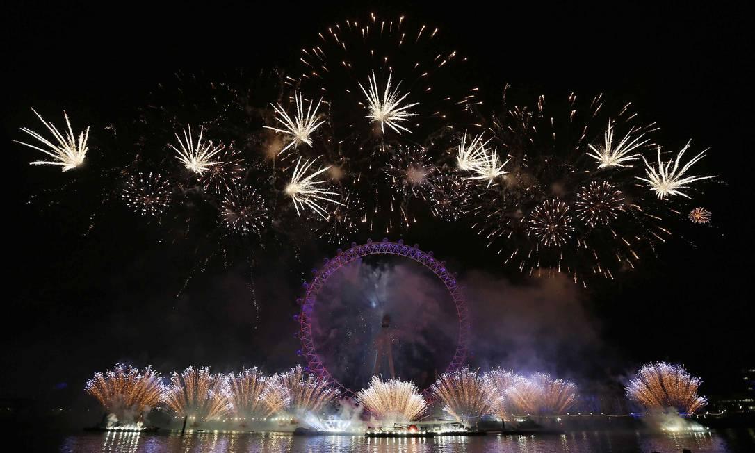 Fogos de artifício iluminam o céu do centro de Londres Stefan Wermuth / Reuters