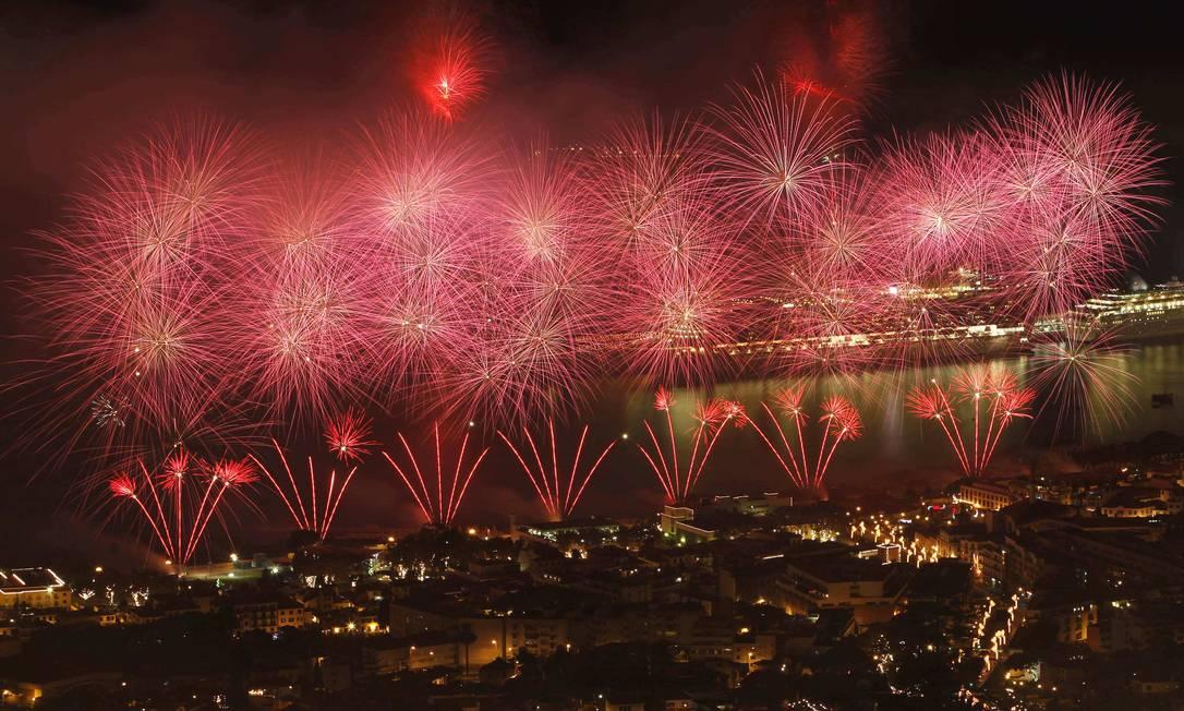 A queima de fogo sobre a cidade Funchal durante as comemorações do Ano Novo na ilha Madeira, em Portugal Duarte Sa / Reuters