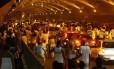 Longa caminhada. Centenas de pessoas passam pelo Túnel Novo para Botafogo