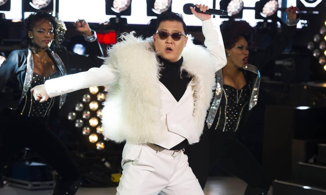 O cantor sul-coreano Psy se apresenta no réveillon da Times Square, em Nova York Charles Sykes / AP