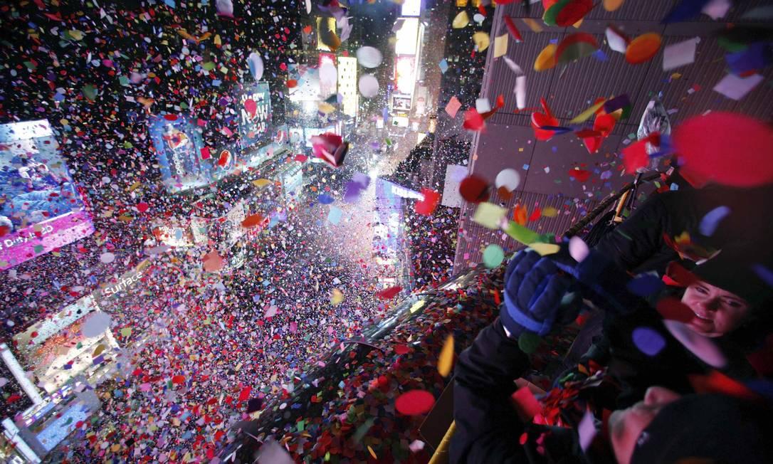 Uma chuva de confetes invade a Times Square, em Nova York Gary Hershorn / Reuters