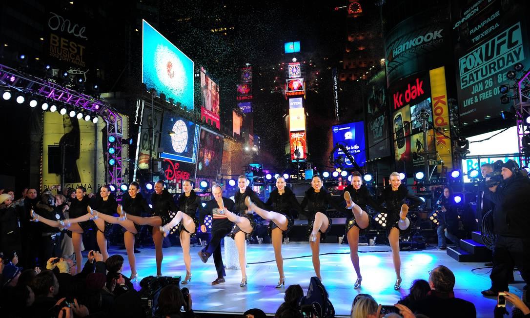 O prefeito de Nova York, Michael Bloomberg, e as Rockettes dançam no réveillon da Times Square Emmanuel Dunant / AFP