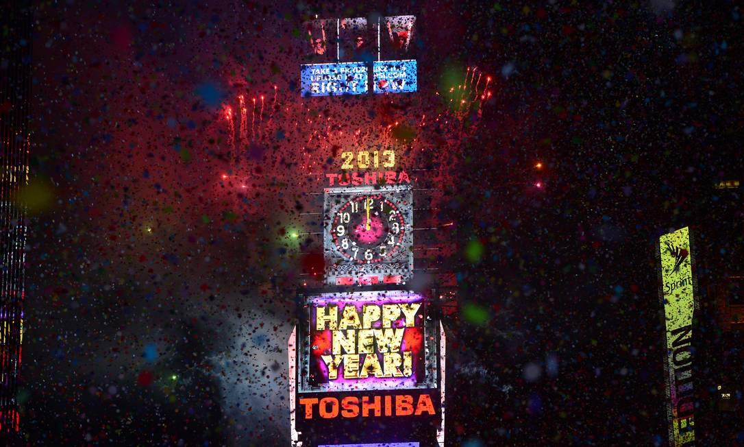 A tradicional queda da bola coberta de cristal marca o início de 2013 em Nova York Emmanuel Dunand / AFP