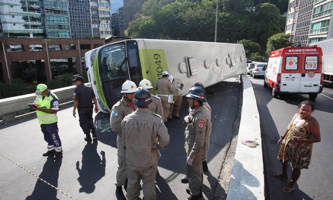 Ônibus tomba e interdita a pista sentido Centro do Viaduto Pedro Álvares Cabral Foto: Márcio Alves / Agência O Globo