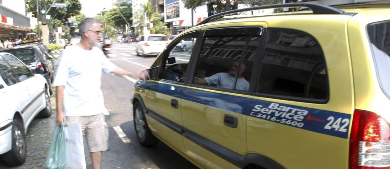 Películas de controle de luminosidade impedem a visão do interior do veículo e obrigam o taxista a abaixar o vidro para dizer ao passageiro que está livre Foto: Marcelo Carnaval / O Globo