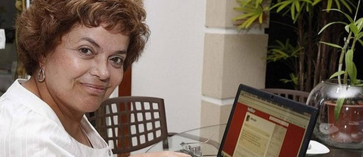 A presidente Dilma Rousseff em 2010, quando lançou seu perfil no Twitter Foto: Divulgação