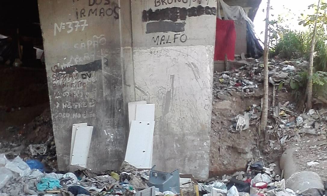 Lixo acumulado sob o viaduto Procurador José Alves de Morais: sem segurança para os garis, Comlurb não faz a coleta Foto: Foto do leitor Francesco Carlo Gatto / Eu-Repórter
