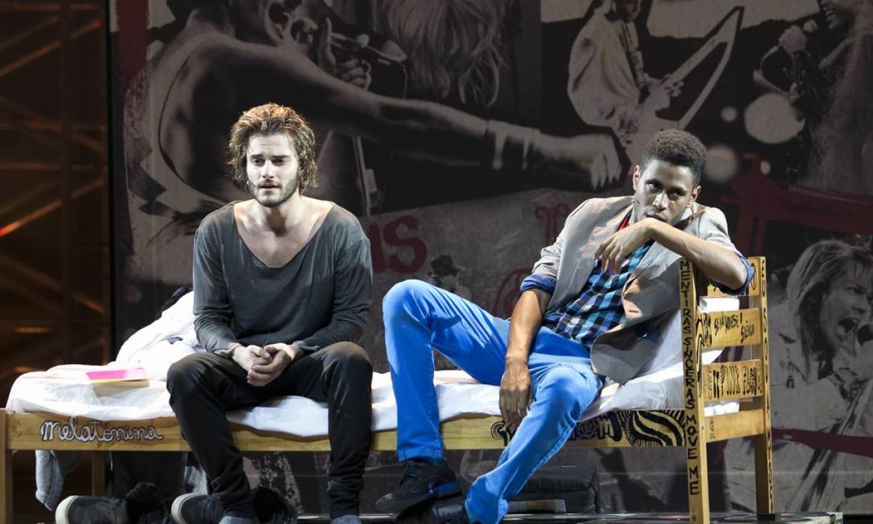 Hugo Bonemer e Ícaro Silva no musical 'Rock in Rio', escrito por Rodrigo Nogueira Foto: Guga Melgar / Divulgação