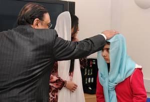 Malala Yousufzai recebeu visita do presidente do Paquistão, Asif Ali Zardari. e de sua filha, Asifa Bhutto, no Hospital Queen Elizabeth em Birmingham Foto: AP