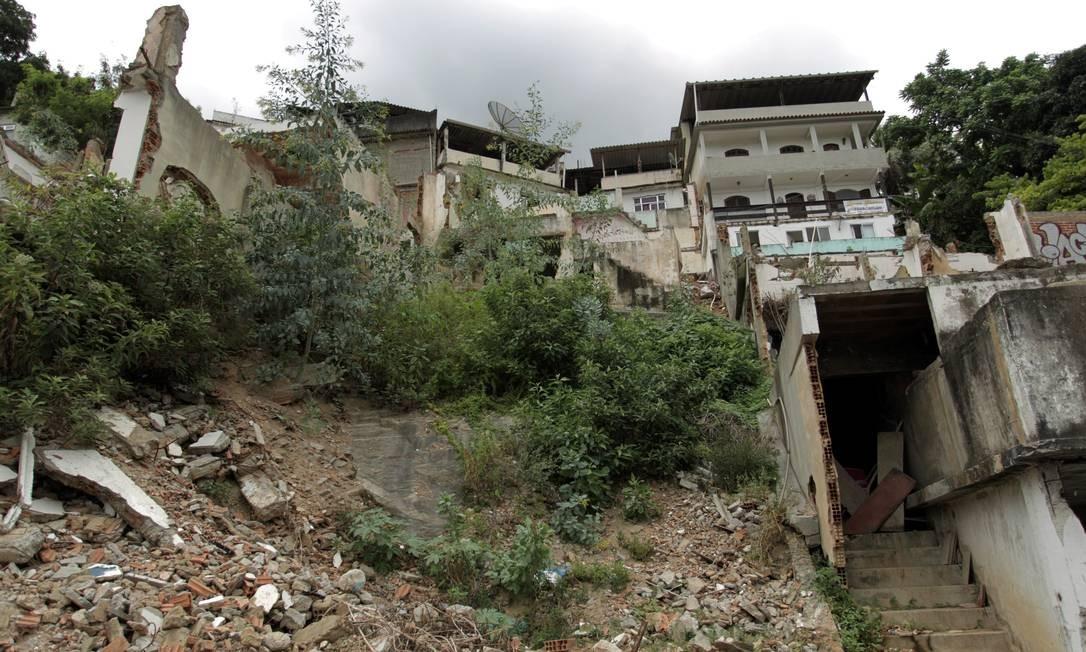 Tragédia à vista. No Morro dos Prazeres, o local do deslizamento que matou 36 pessoas em 2010 continua como no dia do acidente. Os escombros não foram recolhidos Foto: Marcelo Piu / O Globo