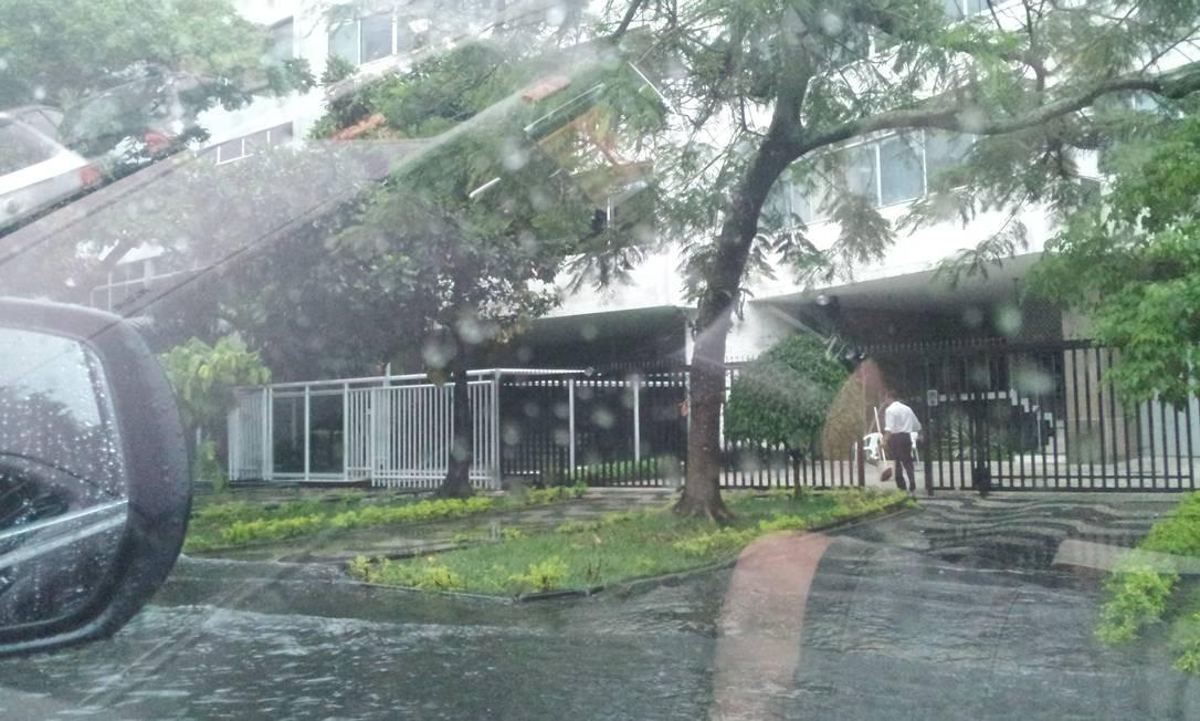 Chuva alaga trecho da Avenida Epitácio Pessoa, na Lagoa Foto: Foto da leitora Ana Carvalho / Eu-repórter