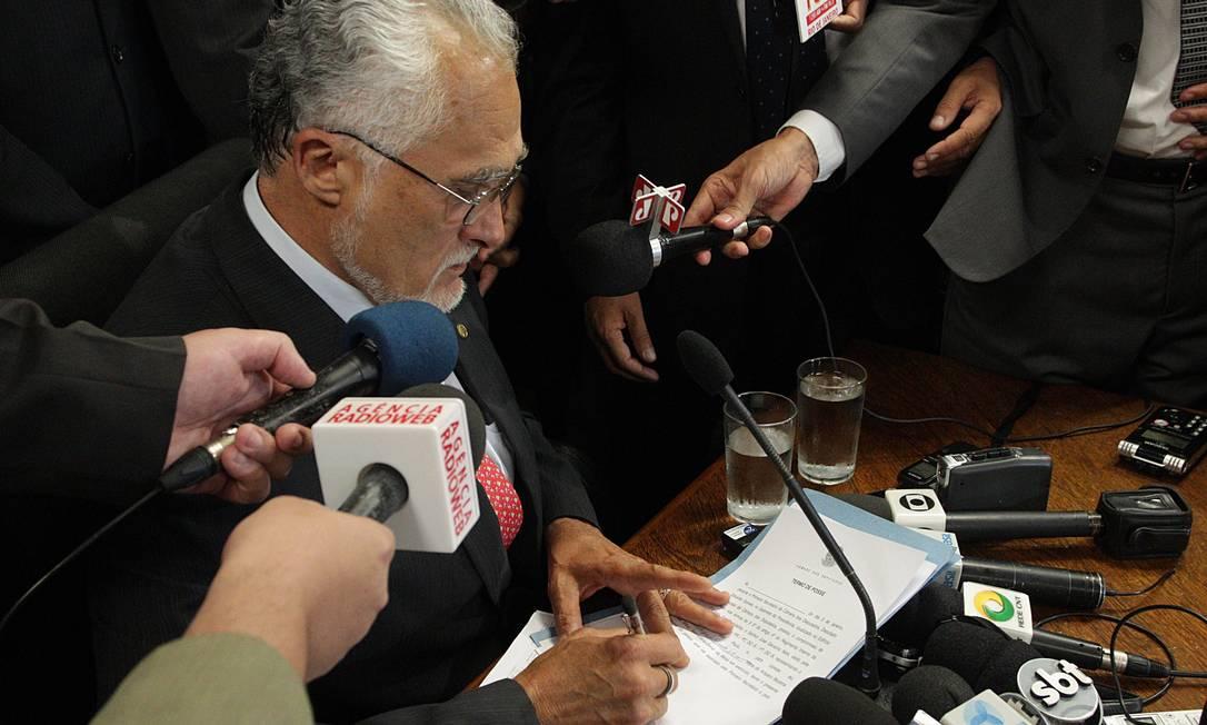 Genoino assina termo de posse como deputado federal Foto: André Coelho / O Globo