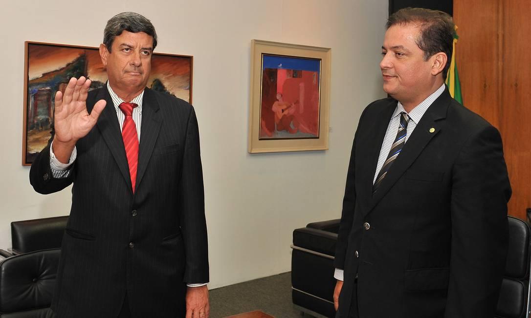 Juramento. Denunciado pela PF, Colbert, à esquerda, participa da cerimônia de posse ao lado de Eduardo Gomes Foto: Rodolfo Stuckert/Câmara dos Deputados