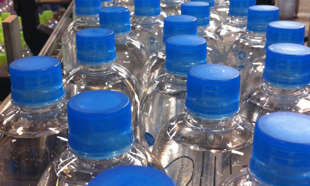 Segundo ativistas, os EUA consomem 50 bilhões de pequenas garrafas plásticas todos os anos Foto: Divulgação/12-07-2011