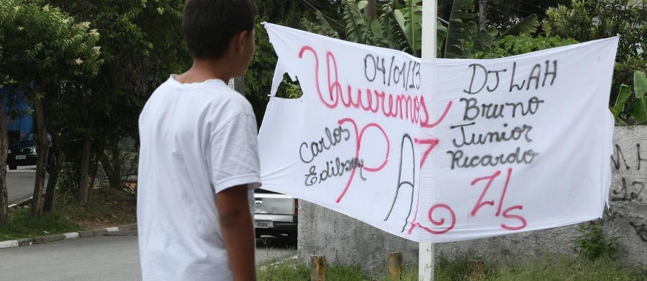 Moradores da região do Jardim Rosana, onde aconteceu a chacina, protestam contra a violência Foto: Marcos Alves / O Globo