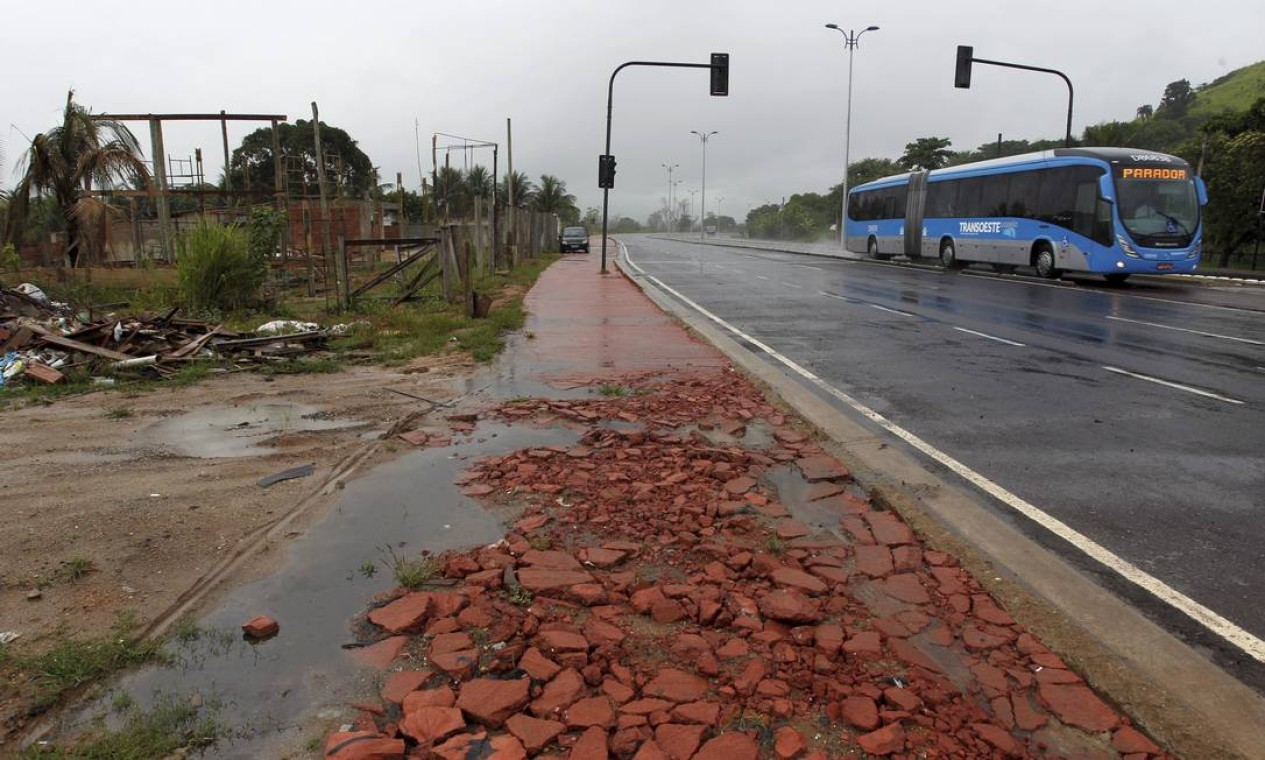Trecho de ciclovia destruído próximo à estação Magarça: prefeitura promete reparos em até 60 dias Foto: O Globo / Custódio Coimbra