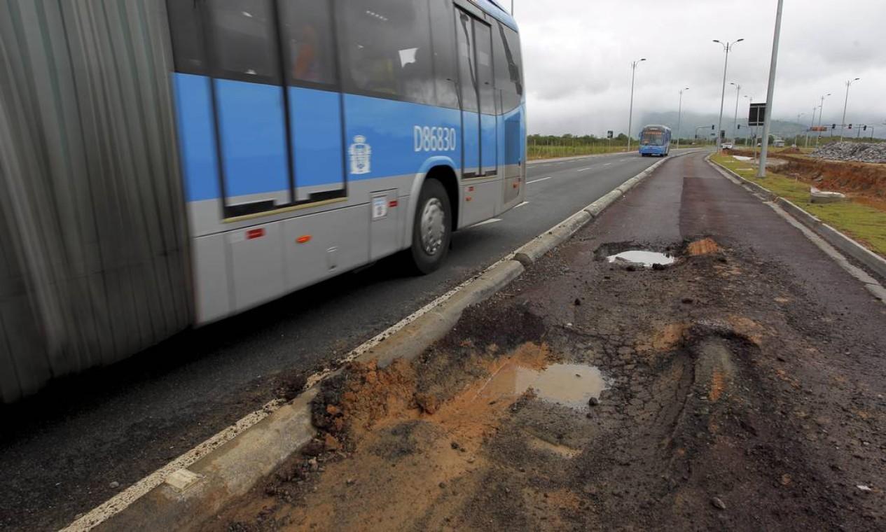 Ônibus do BRT fora do corredor devido aos buracos Foto: Custodio Coimbra / O Globo