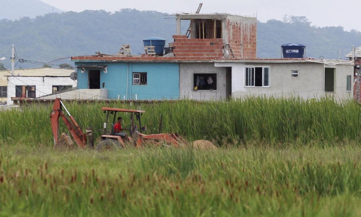 Mais construções irregulares: crescimento desordenado na região preocupa Foto: Pedro Kirilos / O Globo