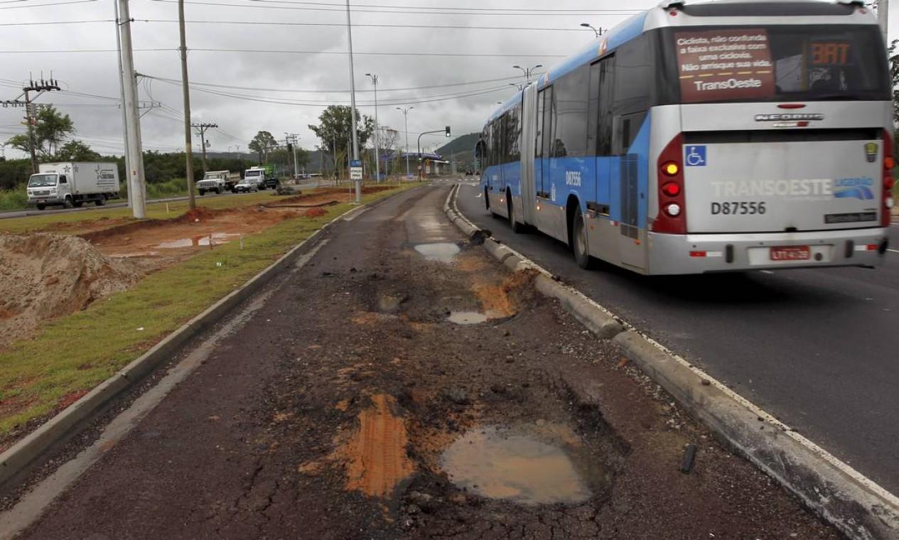 A primeira fase do Transoeste, que liga Barra a Santa Cruz, tem pouco mais de seis meses de inaugurada Foto: Custodio Coimbra / O Globo