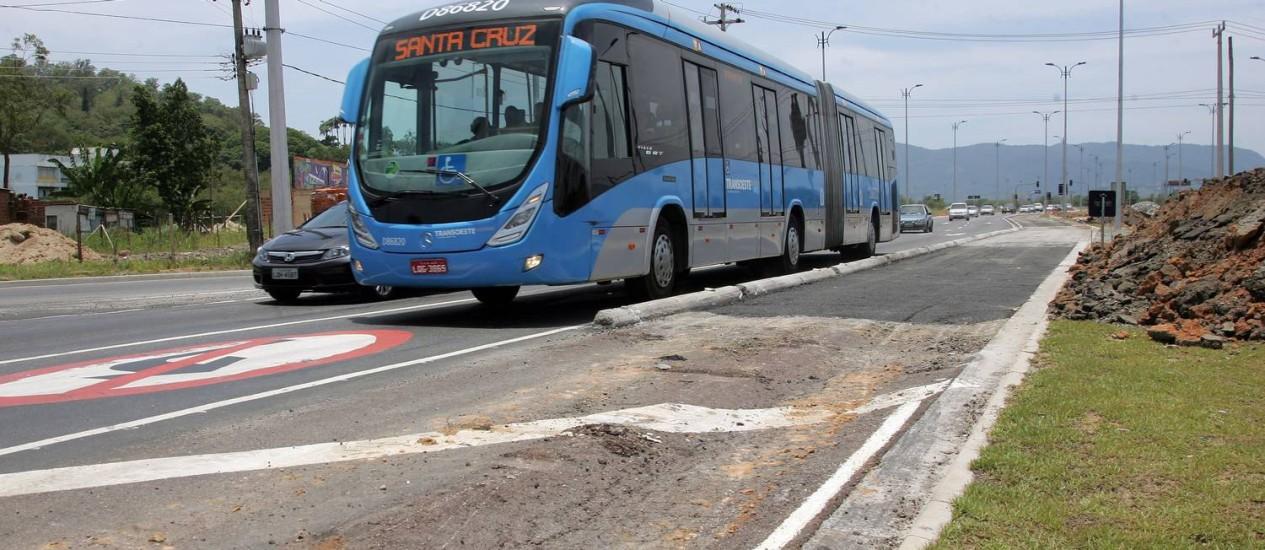 Ônibus passa fora da faixa exclusiva próximo à estação Mato Alto, em Guaratiba: obra de má qualidade Foto: O Globo / Pedro Teixeira