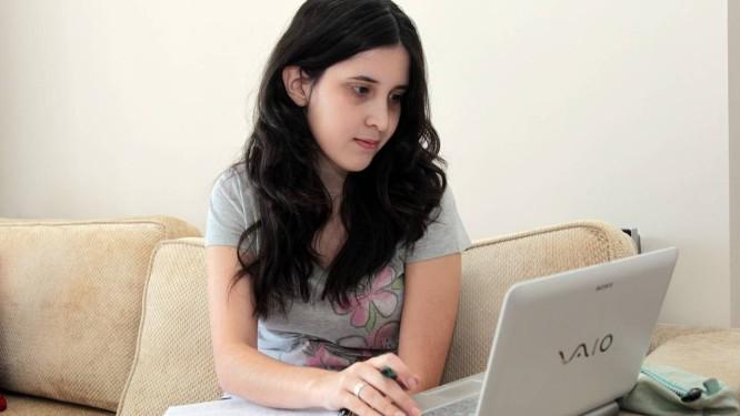 """Mais um idioma. Alice Antunes acompanha material virtual disponibilizado pelo curso: """"Aprendi espanhol estudando no computador em casa, à noite"""" Foto: Eliária Andrade/13-08-2012"""