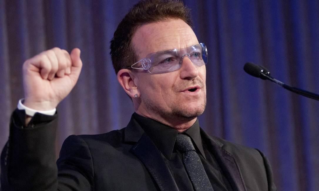 Os óculos de Bono para tratar a sensibilidade à luz viraram marca registrada Foto: Getty Images
