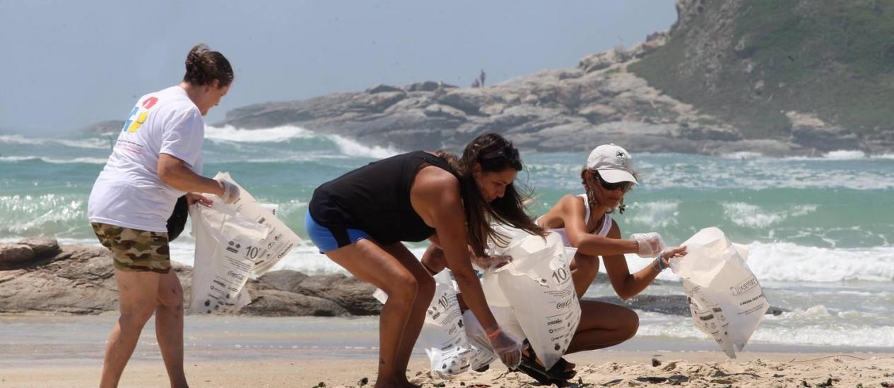 Consciência. Voluntárias recolhem lixo nas areias do Peró na ação realizada no começo de dezembro Foto: Foto: Márcio Alves
