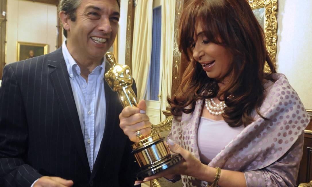Cristina Fernández de Kirchner com Ricardo Darin e seu Oscar, recebido em 2010 Foto: AP