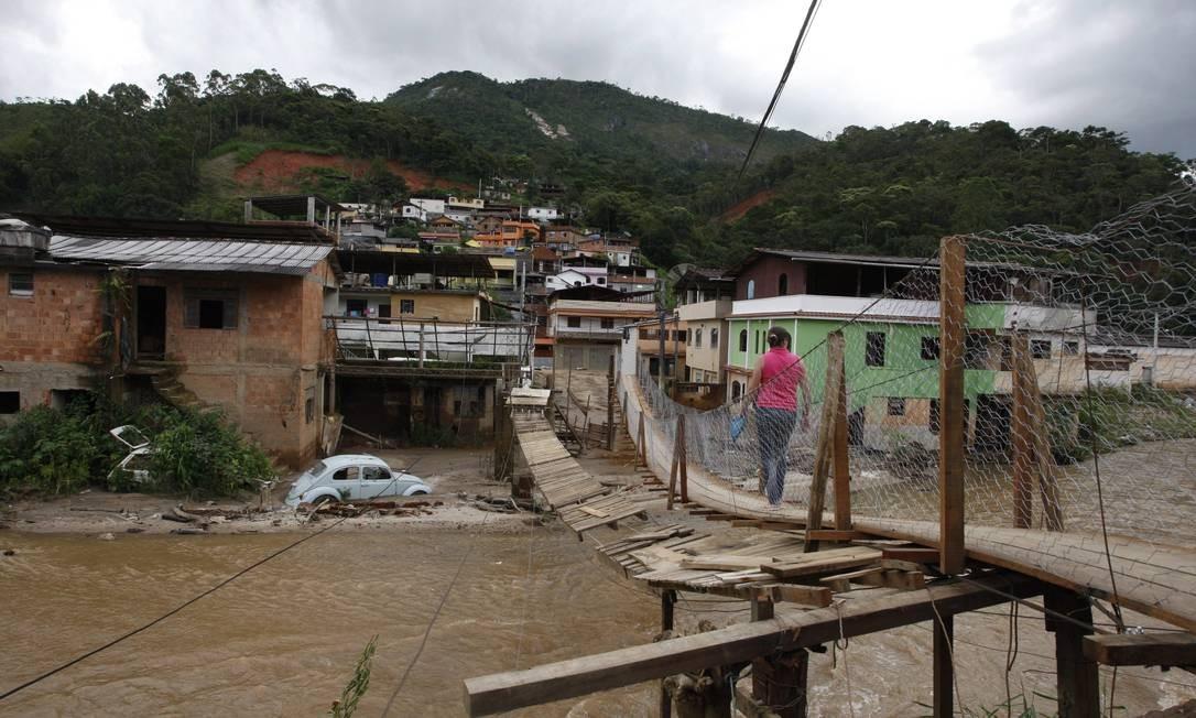Precariedade. Ponte improvisada no bairro Córrego Dantas, em Friburgo, na Região Serrana, após as chuvas de 2011 Foto: Marcos Tristão 03/01/2012 / O Globo