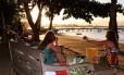 Cartão-postal. Turistas aproveitam o conforto do Anexo Praia e fotografam o cenário que ganha luzes diferentes com belo pôr do sol que marca o começo do verão em Búzios