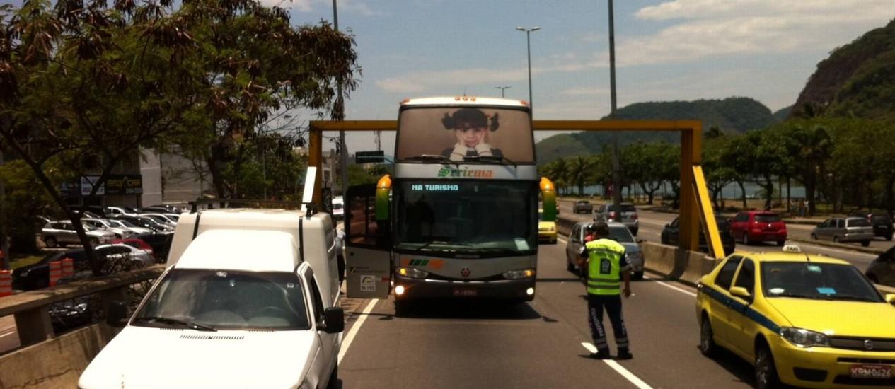 Ônibus de turismo fica preso em limitador de altura da Estrada das Bandeiras Foto: Fabio Rossi / O Globo