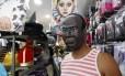 Máscara de Joaquim Barbosa ainda é encontrada em poucas lojas da Saara