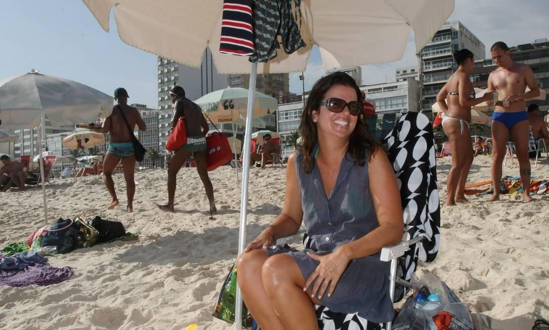 Verão na praia de Ipanema; Virna Soares leva a própria lixeira e dá exemplo Foto: Marcos Ramos / O Globo
