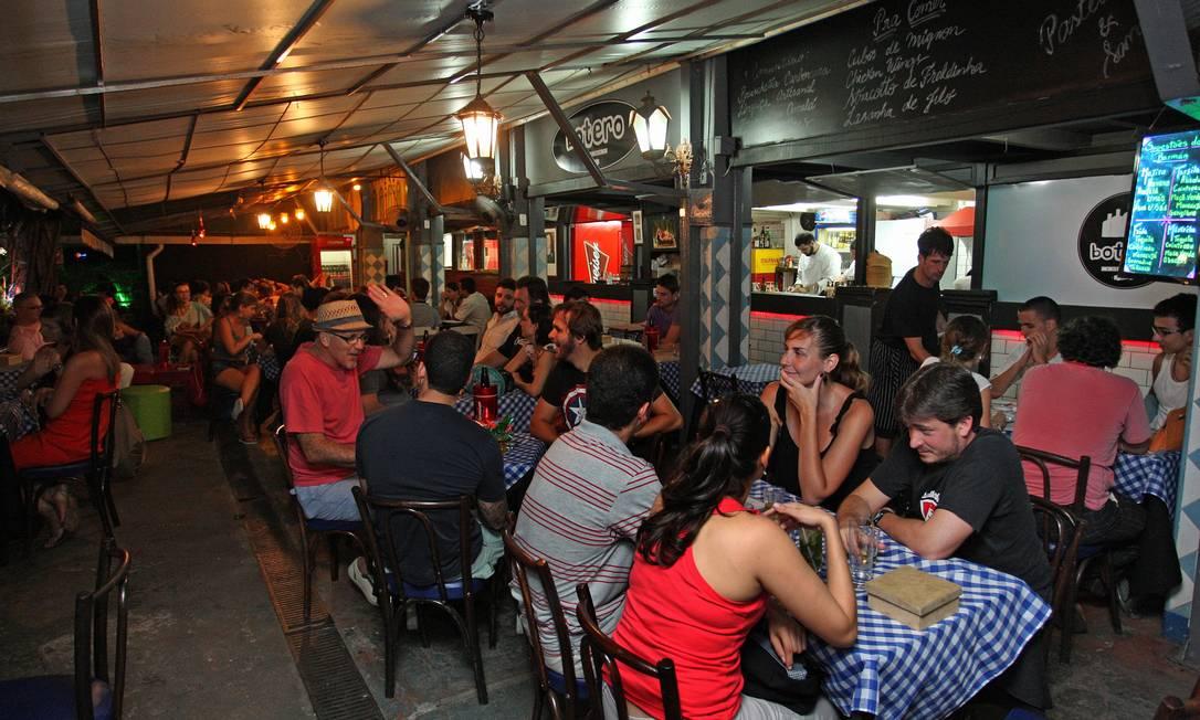 Movimento. Moradores da região voltam a lotar o Mercadinho São José durante a semana, após a reforma Foto: Marcio Alves