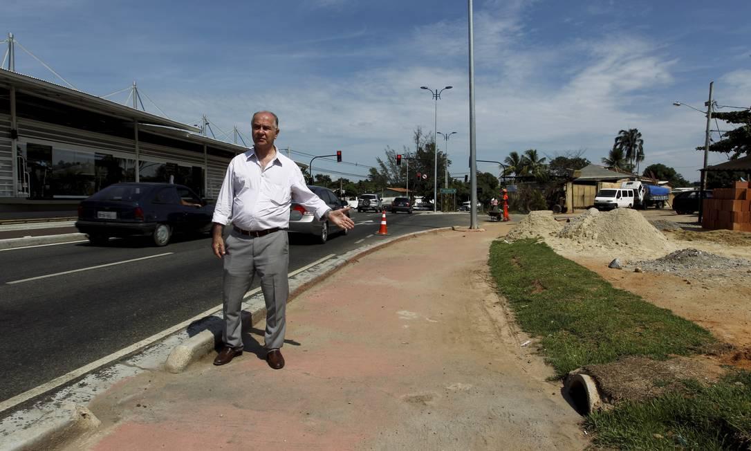 Defeitos no BRT. O engenheiro Antônio Eulálio mostra uma manilha num trecho em Guaratiba: segundo ele, há problemas no sistema de drenagem da via Foto: Gabriel de Paiva / O Globo