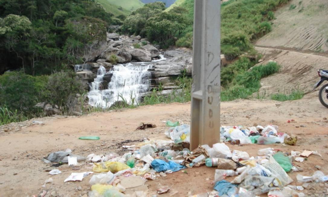 Descaso em ponto turístico. Na Cachoeira dos Frades, em Teresópolis, lixo se acumula perto da queda d´água. Foto: Foto do leitor Rafael Paredes / Eu-Repórter