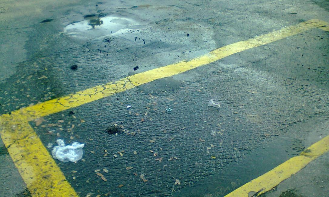 Água limpa mina há semanas na Rua Senador Alencar, junto ao número 20, em São Cristóvão. Segundo leitor, problema piora quando chove Foto: Foto do leitor Daniel Mourão de Araújo / Eu-Repórter
