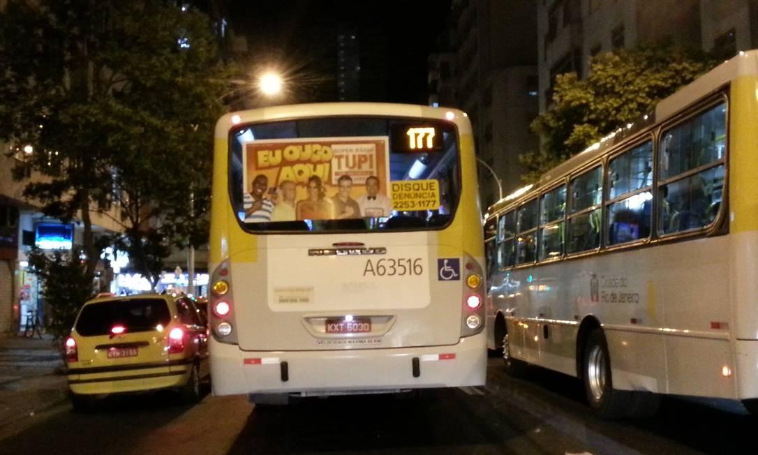 Ônibus é flagrado trafegando fora da faixa seletiva da Avenida Nossa Senhora de Copacabana, na esquina com a Avenida Princesa Isabel Foto: Foto do leitor Fabiano Bitiato / Eu-Repórter