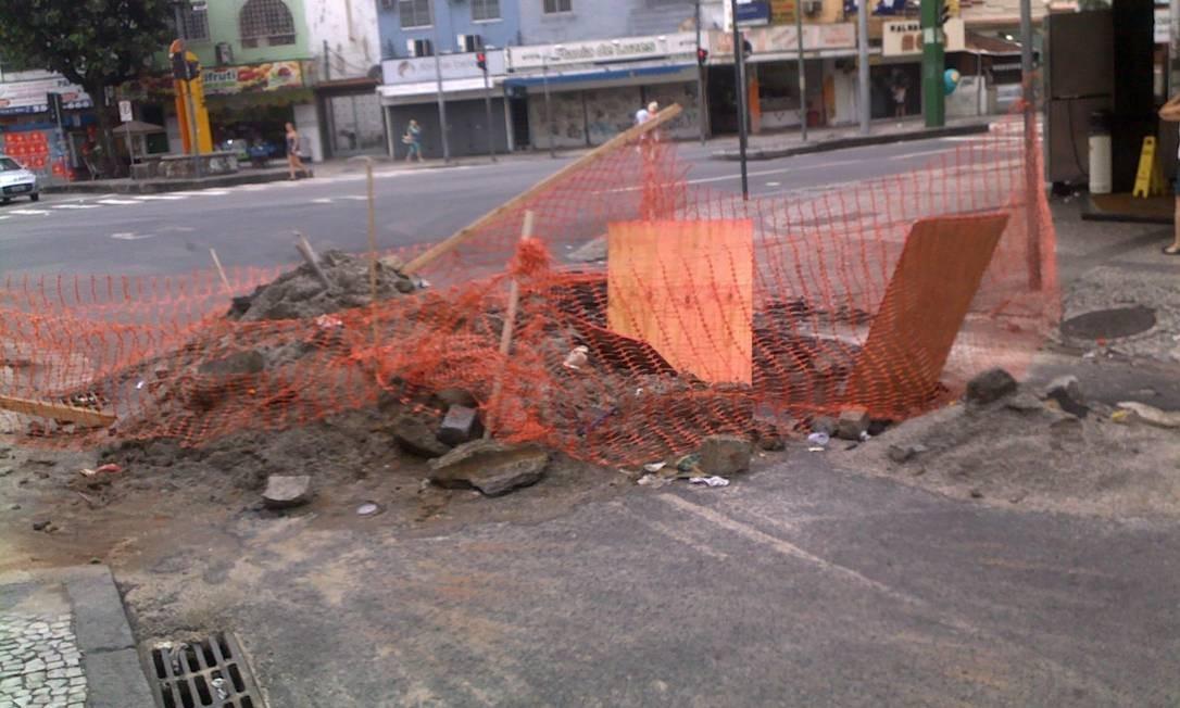Aberto há 10 dias, buraco impede a entrada de veículos na Rua Dona Claudina, no Méier Foto: Foto do leitor Leandro Andrade Pereira / Eu-Repórter