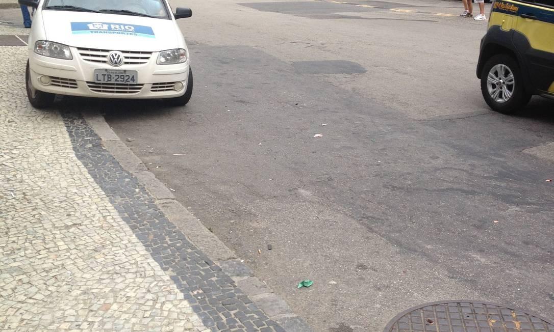 Na Rua Cosme Velho, veículo da Secretaria municipal de Transportes estaciona em cima da calçada Foto: Foto do leitor Gustavo Leo / Eu-Repórter